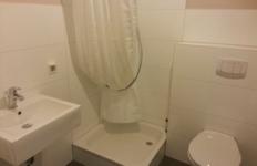 Das Badezimmer im Appartement 2